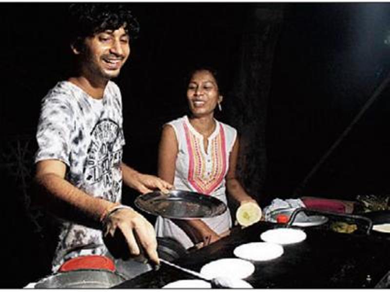 PhD Scholar Serves Parathas By Roadside At Night-Sneha Limbgaonkar-News Time Now